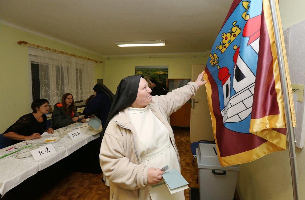 Sedm Sester premonstrátek z Doksanského kláštera na Litoměřicku šlo v pátek v podvečer hodit své hlasy do volební urny kandidátům do parlamentních voleb.