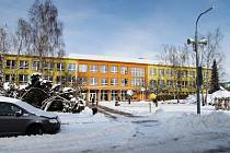 Na střeše Základní školy v Hoštce plánuje město fotovoltaickou elektrárnu