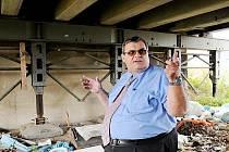 """""""OPRAVOVAT se zatím nebude,"""" říká Ivo Perna (na snímku) u ocelových podpěr inundačního mostku na želetické straně Tyršova mostu přes Labe. Projektová příprava stavby podle něj může trvat i několik let."""