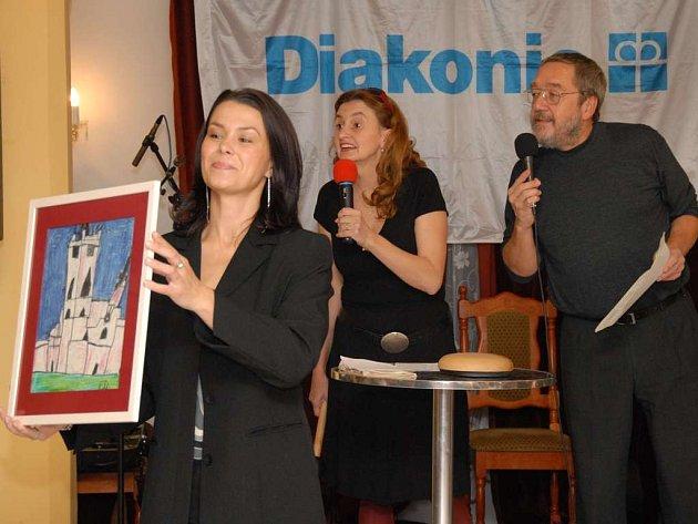 V roce 2006 pořádala Diakonie ČCE slavnostní večer s aukcí potřinácté. Hostem večera byla herečka Eva Holubová, dražba tehdy přinesla 200 tisíc korun. Na snímku se Zdeňkem Bártou.