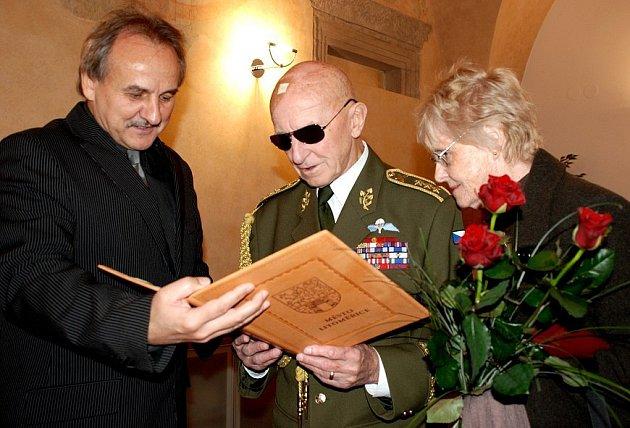 Upomínkové předměty jako památku na pobyt v Litoměřicích předal generálovi Sedláčkovi starosta Ladislav Chlupáč.