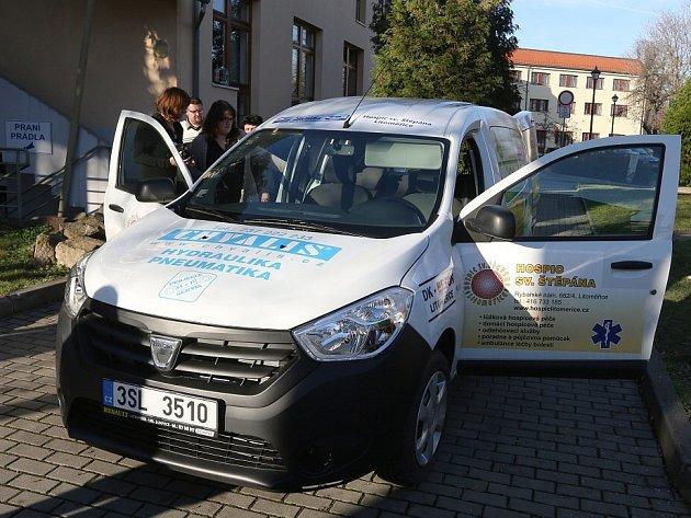 Sponzorský dar v podobě nového auta značky Dacia Dokker věnovala Hospici sv. Štěpána v Litoměřicích společnost Kompakt v rámci projektu Sociální automobil.