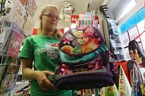 PAPÍRNICTVÍ čekají největší nával zákazníků v příštím týdnu. Už teď ale rodiče chodí. Nejčastěji prý při výběru školních pomůcek dají na přání svých dětí a rady od učitelů.