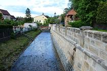 Opravy levobřežní opěrné zdi Úštěckého potoka v úštěcké Údolní ulici jsou po zhruba roce hotové.