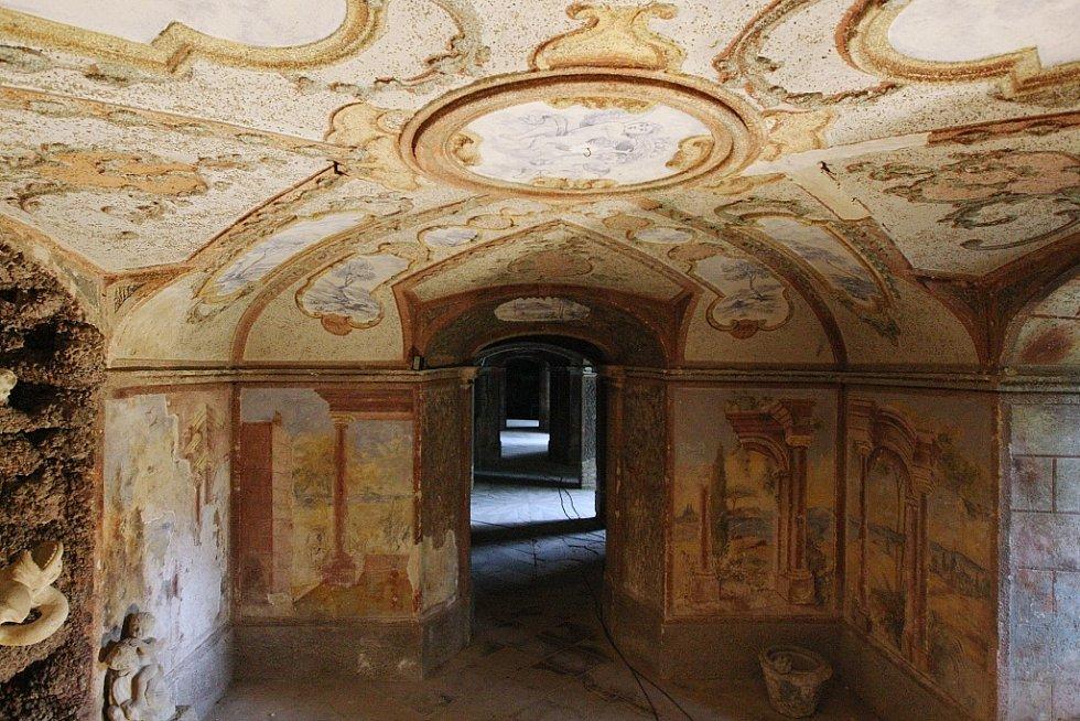 Umělé jeskyně pod zámkem v Ploskovicích. Archivní foto