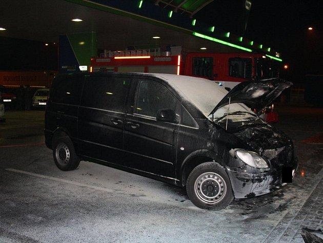 POŽÁR. S hořící dodávkou dojela posádka v noci na úterý na dálnici D8 u Lovosic. Díky včasné pomoci obsluhy nedošlo k tragédii.