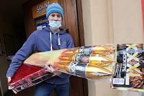 Jaroslav Kyzlík, majitel prodejny se zábavní pyrotechnikou má díky vládnímu nařízení zavřenou prodejnu. Pyrotechniku prodává přes e-shop a má tolik zakázek, že se nezastaví.