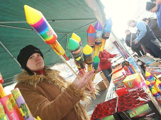 LOVOSICE. Náměstí v Lovosicích zaplnily stánky se zábavnou pyrotechnikou. Vietnamští prodejci na jedné straně, na druhé stánky s pyrotechnikou  profesionálních ohňostrůjců.