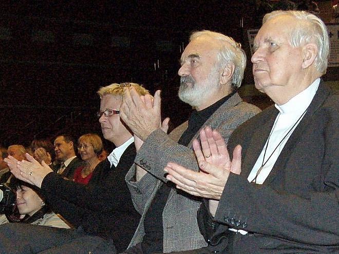 VZPOMÍNAT do Domu kultury přišel také emeritní biskup Josef Koukl (vpravo) a herec, scénárista Zdeněk Svěrák.
