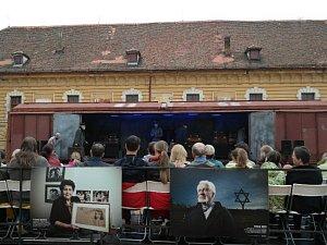 Uvedení představení podle Arnošta Lustiga Motlitba pro Kateřinu Hotowitzovou ve Vlaku Lustig v roce 2017 ve dvoře Dělostřeleckých kasáren v Terezíně, kde sídlí Centrum studií genocid.