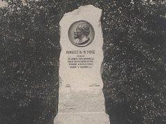 Pomník Dr. Miroslava Tyrše s reliéfním portrétem.