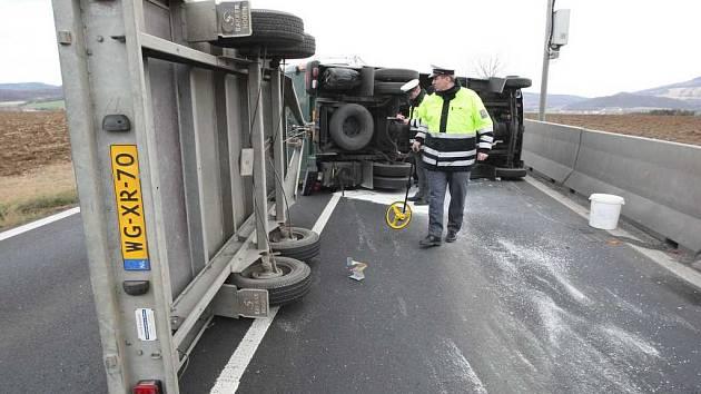 Nehoda na silnici z Velemína do Lovosic.