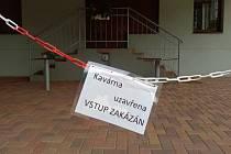 Zavřená kavárna v Jiráskových sadech v Litoměřicích.