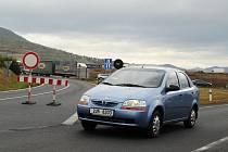Značka zamezující vjezd na dálnici D8 u Lovosic.