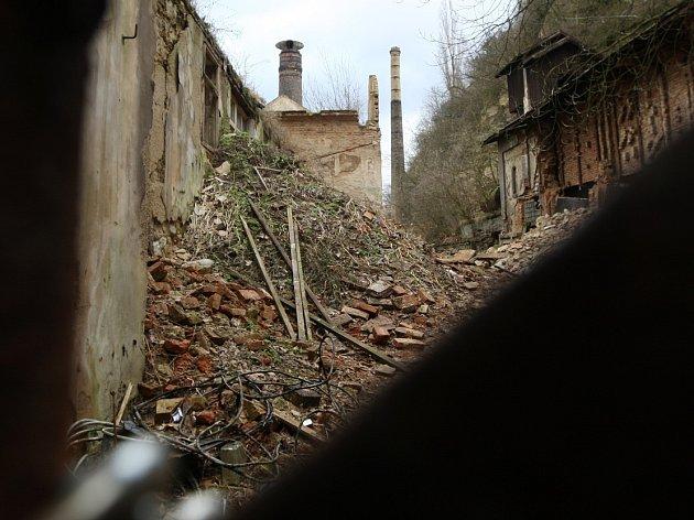 ROUDNICKÝ PIVOVAR je bez střechy a hasiči uklízejí dvorní trakt. Město totiž chce barokní stavbu prodat. Ještě před tím však musí objekt co nejrychleji zastřešit, aby památka dále nechátrala.