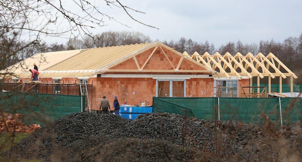 Podnikatel Šára, majitel firmy OKIM dal pokračuje ve stavbě domu bez stavebního povolení v blízkosti Budyně nad Ohří. Ač má vyslovený zákaz stavět, tak tvrdí, že jen stavbu zabezpečuje proti zatékání vody.