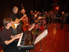 Orchestr Františka Honzáka pod taktovkou svého kapelníka v Domě kultury v Litoměřicích v říjnu 2007.