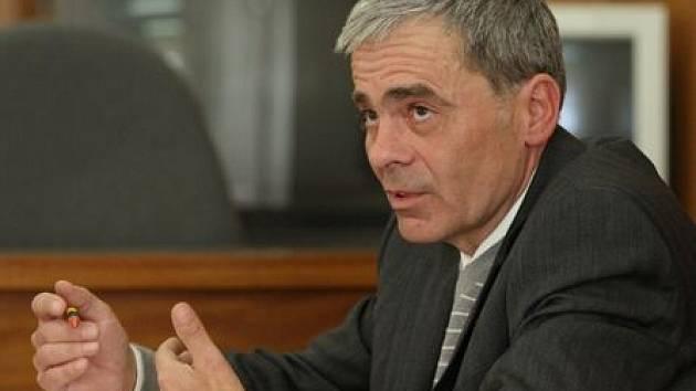 OBHAJOVAL SE SÁM. Bývalý starosta obce Černiv Milan Fáček si podle rozhodnutí soudu neoprávněně vyplatil na odměnách a přesčasových hodinách  částku 58 335 korun. Tu teď  bude muset vrátit.