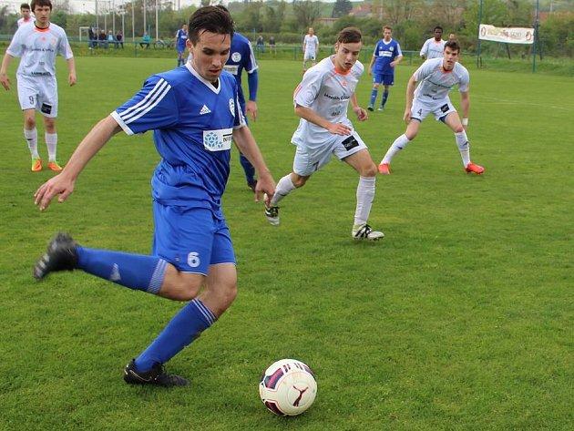 Fotbalisté SK Hrobce (s míčem Fary) jsou stále v čele krajského přeboru.
