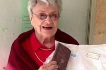 Věra Rosenzweigová Idan po převzetí svého deníku na izraelské poště