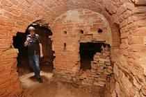 PRŮVODCEM CHODBAMI v severní části podzemního systému pevnosti Terezín včetně propadlých míst vlivem povodně v roce 2013, byl Radek Keřka, vedoucí odboru rozvoje, výstavby a správy majetku Městského úřadu v Terezíně.