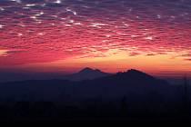 Krásný západ slunce v Českém středohoří, u Třebenic