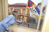 Vyvěšení tibetské vlajky na lovosické radnici.