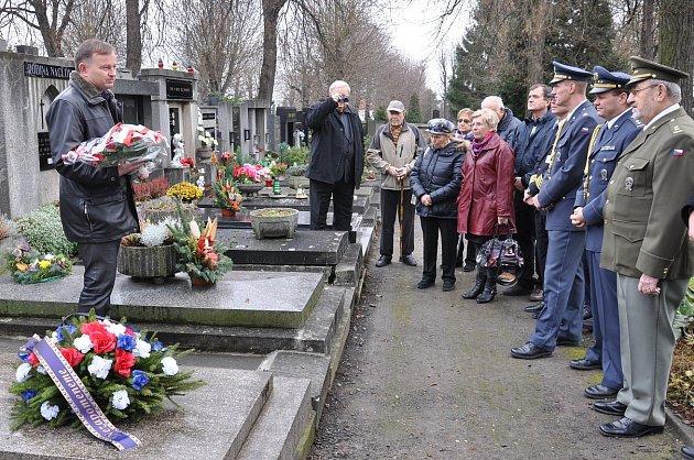 MÍSTOSTAROSTA Karel Krejza súčastníky pietní akce uhrobu generála Františka Chábery.