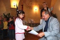 OCENĚNÍ litoměřický starosta Ladislav Chlupáč  předal také šestileté Anetě Podzimkové, která skončila v kategorii mateřských škol na třetím místě.