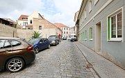 Pohled do Jarošovy ulice v Litoměřicích, kde si obyvatelé a majitelé domů stěžují na dopravu