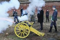 STAVBU protipovodňového opatření zahájil výstřel z děla. Spolu se starostkou Terezína Růženou Čechovou se slavnostního aktu zúčastnili také ministři Alexandr Vondra a Petr Bendl. Oba si střelbu z historické zbraně vyzkoušeli.