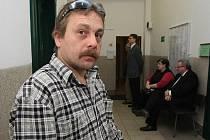 ROMAN BEČKA zůstal sám se třemi syny. Soudí se s nemocnicí o odškodné.