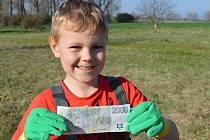 Akce Ukliďme Česko na Polepsku se náramně vyplatila malému Vénovi z Polep, který našel v trávě 2000 korun.