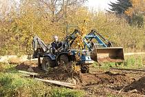 Zahradnická firma Grüner z Litoměřic se ujala nové výsadby zeleně v Dolánkách nad Ohří. Na snímku je nový budoucí větrolam tvořený 27 pyramidálními duby. Na celkem 37 stromů získala obec 97 000 korun od Nadace ČEZ.