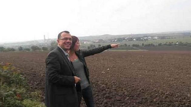 Poslanec Jaroslav Foldyna si přijel prohlédnout rozestavěný dálniční úsek u Lovosic. Na snímku s Lenkou Tomanovou.
