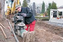 OPRAVA CESTY. Pracovník odborné firmy Karel Drholec ve čtvrtek hutnil podloží cesty pěchem. Na zeminu přijde vrstva písku a pak štěrku, do něhož budou usazeny žulové kostky.