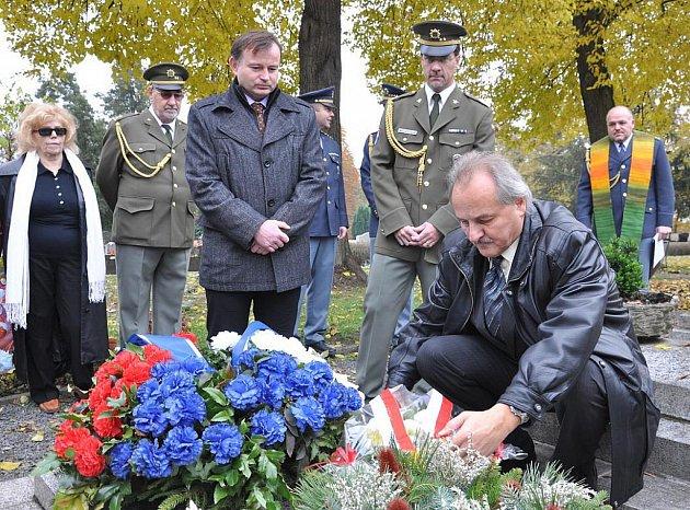 Květiny na hrob položili i zástupci města v čele se starostou Ladislavem Chlupáčem.