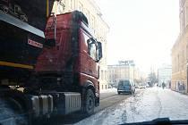 ULICÍ NA VALECH i přes zákaz řidiči kamionů občas projíždějí. Řidič tohoto vozu jel z Lovosic směrem do České Lípy.