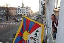 Tibetskou vlajku vyvěsil na litoměřickou radnici pracovník městského úřadu Pavel Řídel.