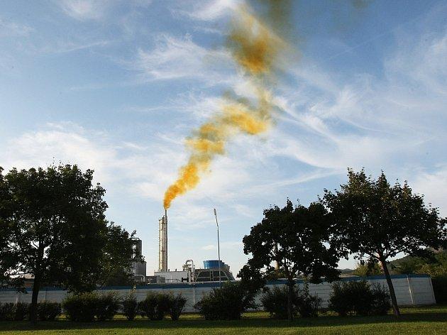 Barevný kouř vycházející z Lovochemie v roce 2012.