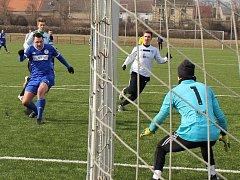Fotbalisté SK Hrobce (v modrém) porazili Mostecký FK 2:1.