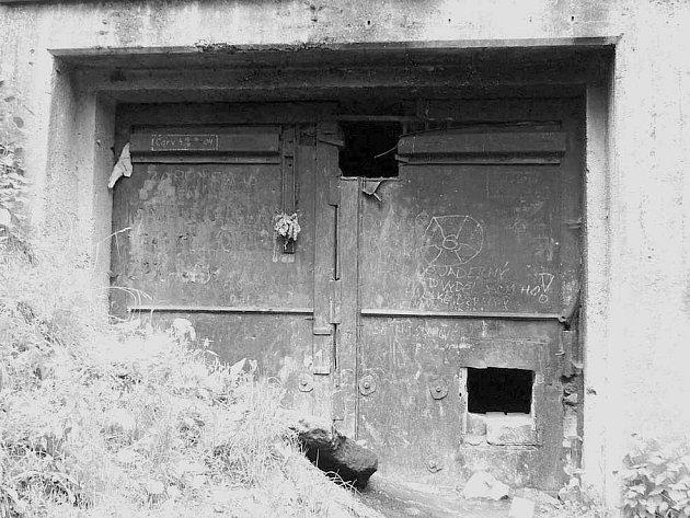 Zvědavci hledající dobrodružství v podzemí továrny Richard I několikrát do roka poškodí dveře tak, aby se mohli dostat dovnit. Hrozí jim tam však nebezpečí.