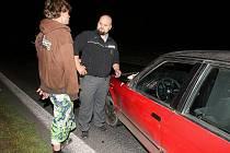 NEUJEL. Poslední automobilová honička mezi ujíždějícím řidičem a policisty se odehrála v neděli ve večerních hodinách v okolí Lovosic a Sulejovic.