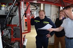 Zástupci jednotky SDH v Brozanech nad Ohří si z litoměřické stanice Hasičského záchranného sboru Ústeckého kraje odvezli domů cisternovou automobilní stříkačku Tatra CAS 32, T815.
