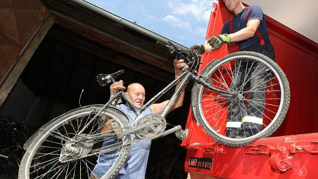 Vratislav Tomášek z Terezína pořádá sbírku jízdních kol, které putují do Afriky.