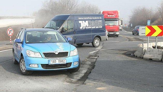 Další nebezpečný výmol u Lovosic ohrožuje bezpečnost dopravy.