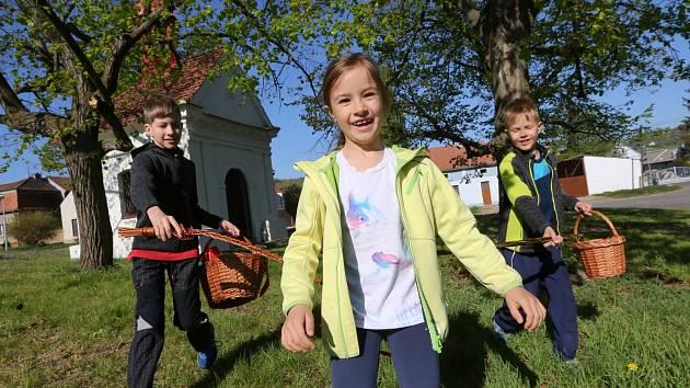 Desítky koledníků vyrazily na velikonoční hodovačku v Chodovlicích na Lovosicku