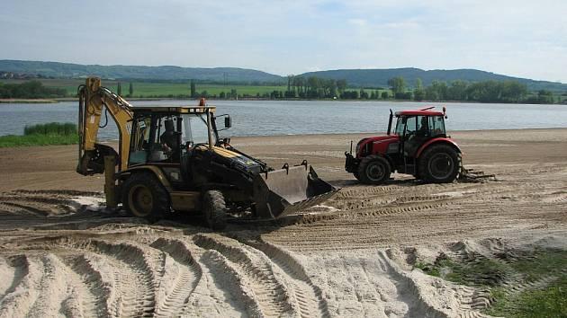 Zastupitelstvo města rozhodlo, že po dobu čtyř let se bude každý rok na 1. pláži doplňovat čerstvý písek.
