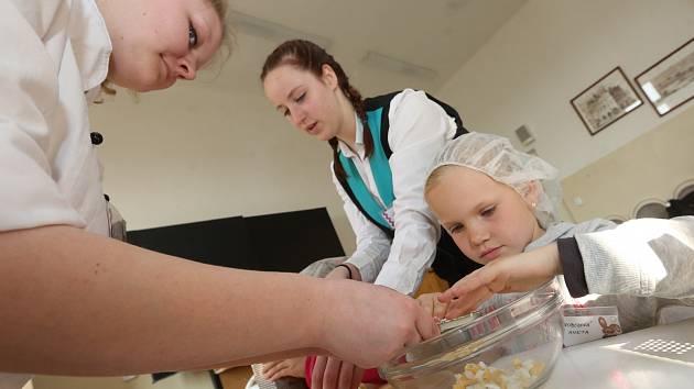 Žáci vařili pod dohledem starších kamarádů