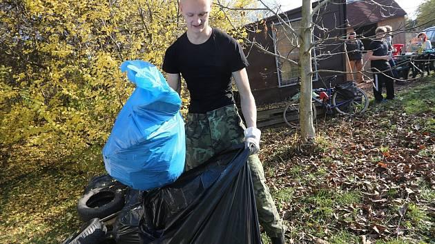 ÚKLID. Účastníci sobotní akce posbírali desítky kilogramů odpadu. Úklid tu provádějí pravidelně.
